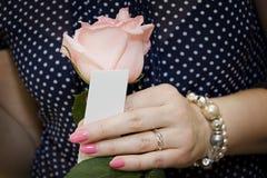 Kaufender Duftstoff der Frau im System oder im Speicher lizenzfreie stockbilder