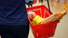 Kaufender Lebensmittelsupermarkt stock video footage