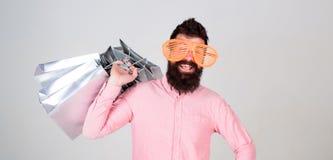 Kaufender süchtiger Verbraucher Gesamtverkaufskonzept Bärtiger Hippie des Mannes mit Loseinkaufstaschen Konnte Rabatt nicht wider lizenzfreies stockbild