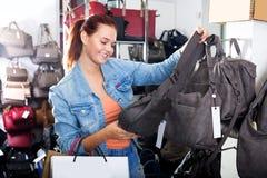 Kaufender Shop der Handtasche des Mädchens in Mode Lizenzfreies Stockfoto