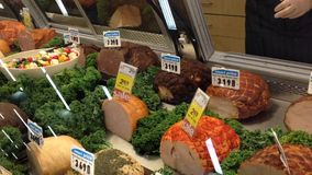 Kaufender Speck insdie Supermarkt stock video