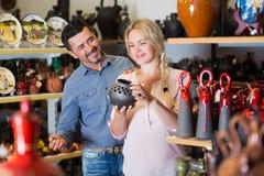 Kaufender Vase der Frau und des Mannes Lizenzfreies Stockfoto