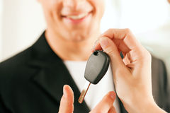 Kaufendes Auto des Mannes - Taste, die gegeben wird Lizenzfreie Stockfotografie