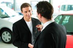 Kaufendes Auto des Mannes - Taste, die gegeben wird Stockfoto