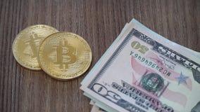 Kaufendes bitcoin mit Bargeld stock footage