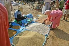 Kaufendes Couscous auf dem Markt Stockbild