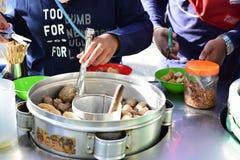 Kaufendes Fleischklöschen im Freien im Spielplatz lizenzfreie stockbilder