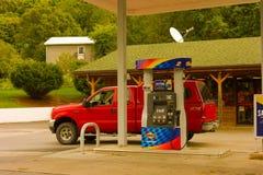 Kaufendes Gas auf einer Autoreise zwar die Vereinigten Staaten Stockfotografie