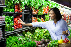 Kaufendes Gemüse der Frau im organischen Abschnitt Lizenzfreie Stockbilder