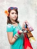 Kaufendes jugendlich Mädchen erregt und gewundert. lizenzfreie stockfotografie