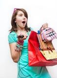 Kaufendes jugendlich Mädchen erregt und gewundert. stockfoto