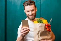 Kaufendes Lebensmittel des Mannes online Stockbilder