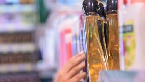 Kaufendes Shampoo im Speicher stock video