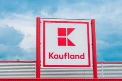 Kaufland-Logoabschluß herauf Schuss, einer der Hauptgemischtwarenladen in Rumänien Stockbilder