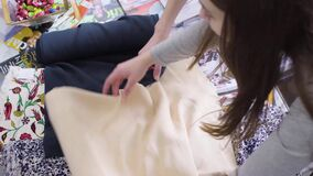 Kaufstoff mit zwei jungen Frauen in einem Gewebespeicher Lächeln, sprechend stock video