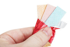 Kaugummi in der Hand lokalisiert auf Weiß Lizenzfreies Stockfoto