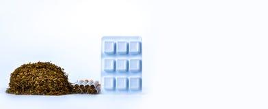 Kaugummi des Nikotins in der Blisterpackung nahe Stapel der Zigarette Quit rauchend durch Gebrauchsnikotingummi für Entlastung de Lizenzfreie Stockfotos