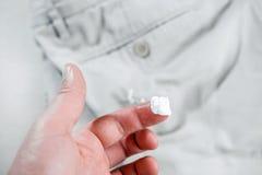 Kaugummi festgehalten an Jeans, Abbau des Kaugummis von den Hosen lizenzfreie stockbilder
