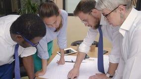 Kaukascy, afrykańscy, azjatykci koledzy brainstorming mieszkanie domu projekt, zbiory