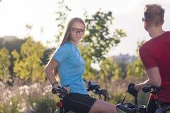 Kaukascy rowerzyści Odpoczywa w Lasowych otoczeniach w Pogodnej naturze fotografia stock