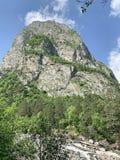 Kaukasisch berglandschap Tseykloof Weergeven van onderstelmonnik in de zomer Republiek van Noord-Ossetië - Alania stock foto's