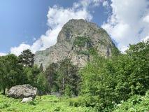 Kaukasisch berglandschap Tseykloof Weergeven van onderstelmonnik in de zomer Republiek van Noord-Ossetië - Alania royalty-vrije stock foto