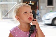 Kaukasisch blond meisje die op de straattelefoon spreken Royalty-vrije Stock Foto