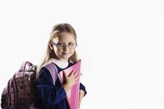 Kaukasisch elementair leeftijdsschoolmeisje met glazen Stock Foto's