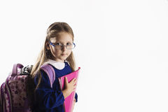 Kaukasisch elementair leeftijdsschoolmeisje met glazen Stock Foto