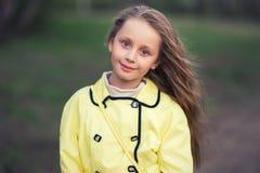 Kaukasisch gelukkig langharig mooi meisje in het Park op een de lente Zonnige dag royalty-vrije stock fotografie