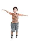 Kaukasisch jong geitje dat dragend een oranje t-shirt springt Royalty-vrije Stock Afbeeldingen