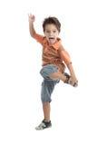 Kaukasisch jong geitje dat dragend een oranje t-shirt springt Stock Foto
