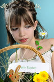 Kaukasisch meisje dat gelukkige Pasen wenst Stock Fotografie