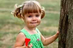 Kaukasisch meisje dat snoepjes eet Stock Foto's