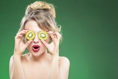 Kaukasisch Naakt Modelmaking faces terwijl het Stellen met Twee Kiwi Slices royalty-vrije stock foto