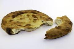Kaukasisch ongedesemd wit die brood van tarwemeel wordt gemaakt - pitabroodje stock foto's