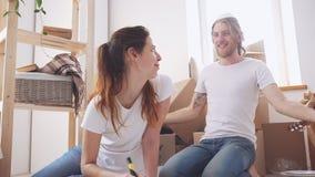 Kaukasisch paar die pret in hun nieuw huis in slowmotion hebben Concept huis en liefde stock video