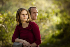 Kaukasisch paar in liefde op openlucht houten brug Royalty-vrije Stock Foto's