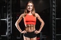 Kaukasisch sexy geschiktheids vrouwelijk model in gymnastiek dichte omhooggaande abs Royalty-vrije Stock Afbeeldingen