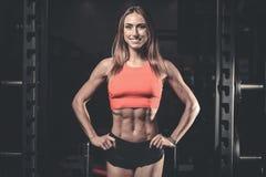 Kaukasisch sexy geschiktheids vrouwelijk model in gymnastiek dichte omhooggaande abs stock fotografie