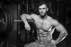 Kaukasisch sexy geschiktheidsmodel in gymnastiek dichte omhooggaande abs Stock Foto's