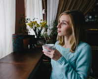 Kaukasisch; trinkender Kaffee der Frau morgens am Restaurant stockbilder