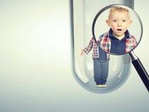 Kaukasische baby in 3d reageerbuis Stock Fotografie