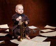 Kaukasische Babyspiele mit Trompete stockfotos