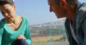 Kaukasische Bedrijfsmensen die over blauwdruk in het bureau 4k bespreken stock videobeelden