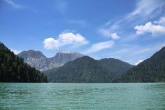 Kaukasische Berge und See Lizenzfreie Stockfotos