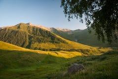 Kaukasische Bergen bij de zonsondergang Royalty-vrije Stock Foto's