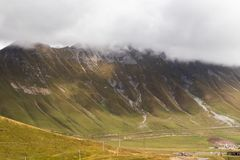 Kaukasische bergen dichtbij Gudauri, Georgië royalty-vrije stock afbeelding