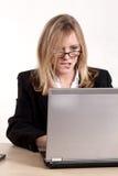 Kaukasische blonde Geschäftsfrau der attraktiven Dreißigerjahre Lizenzfreies Stockfoto
