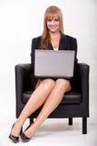 Kaukasische blonde Geschäftsfrau der attraktiven Zwanzigerjahre Lizenzfreie Stockbilder